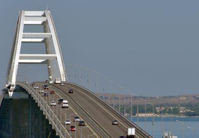 Минкурортов РК предупреждает туристов о возможном кратковременном ограничении движения на Крымском мосту с 20 по 22 июля